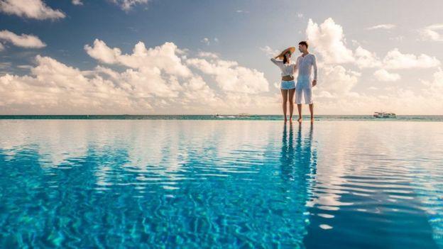 casal curtindo férias em uma ilha