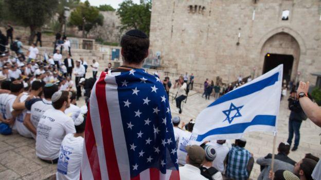 Jóvenes con banderas de EE.UU. e Israel en Jerusalén.