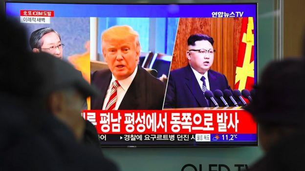 Donald Trump y Kim Jong-un en pantallas de televisión en Seúl. GETTY IMAGES