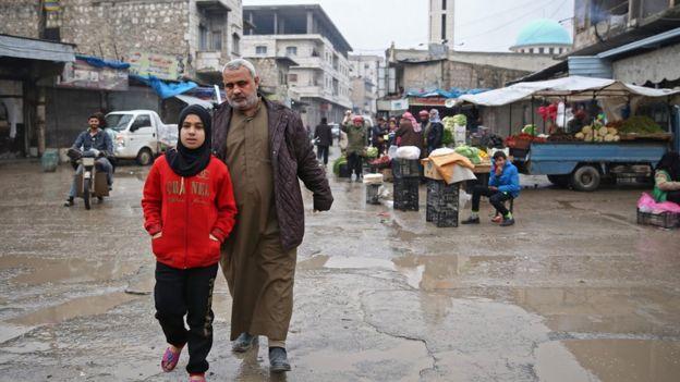 El Bab'da bir baba ve kızı sokakta yürüyor