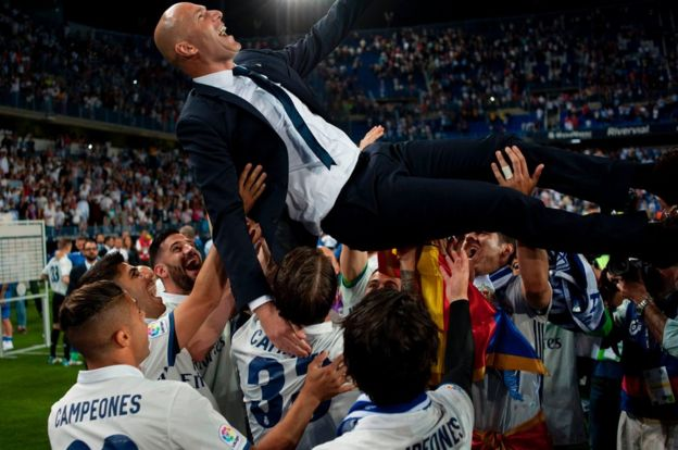 Zinane es levantado por jugadores de Real Madrid