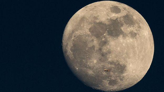 Imagen de una superlunaLas superlunas se producen cuando el satélite se encuentra en el punto de su órbita lunar más cercano a la Tierra.GETTY IMAGES