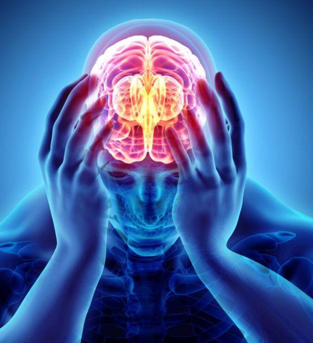 Ilustração de pessoa segurando a cabeça com dor