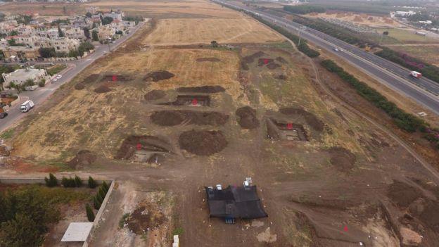 Место раскопок, рядом с автострадой