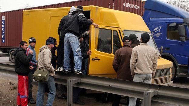 Trabajadores de Tayikistán suben a una furgoneta a las afueras de Moscú.