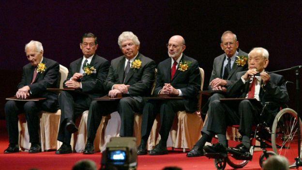 Richard Doll (primero desde la izquierda) en la ceremonia del Premio Shaw de 2004 en Hong Kong.