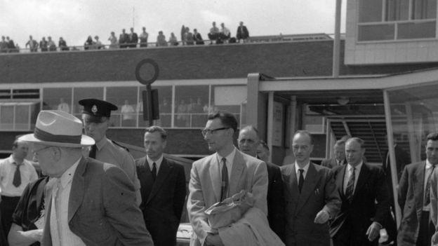 فوكس وسط رجل الأمن في مطار هيثرو عام 1959 مغادر ا لندن إلى ألمانيا الشرقية بعد إطلاق سراحه Getty Images