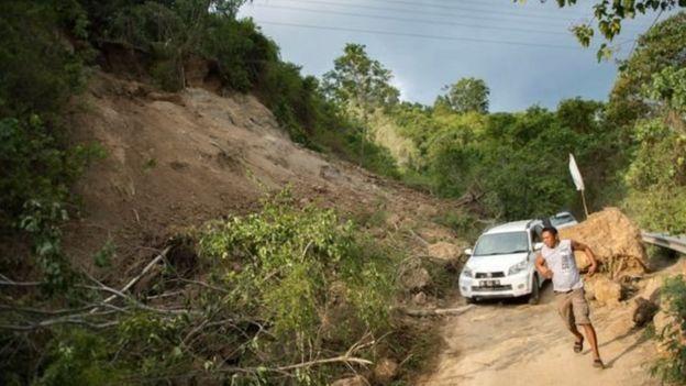 انهيار أرضي أغلق جزئيا هذا الطريق القريب من مدينة بالو