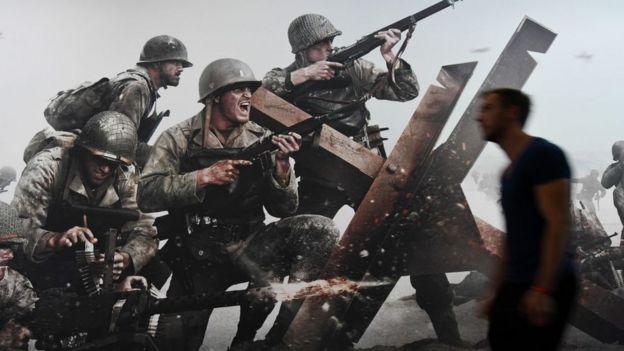 Un hombre pasa delante de un anuncio del videojuego Call of Duty.