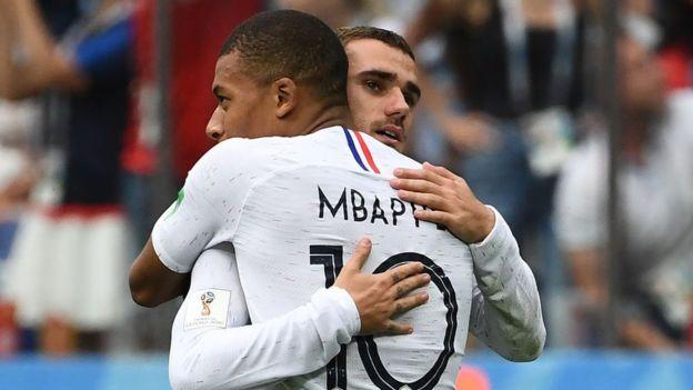 Antoine Griezmann celebra con Mbappé