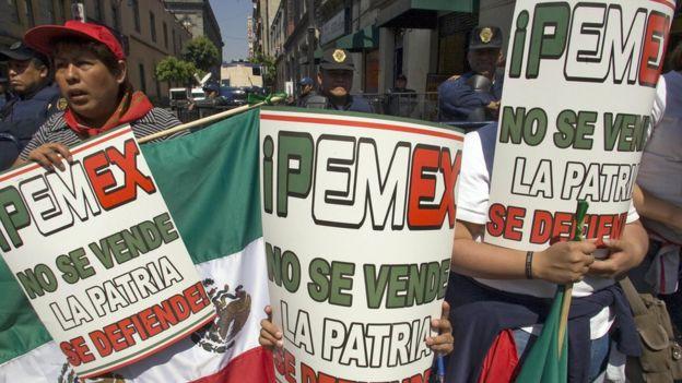 Manifestantes contra la privatización.