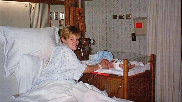 Charity en el hospital con Paris recién nacido