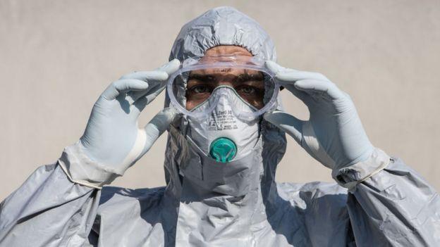 Un hombre vistiendo equipos de protección personal.