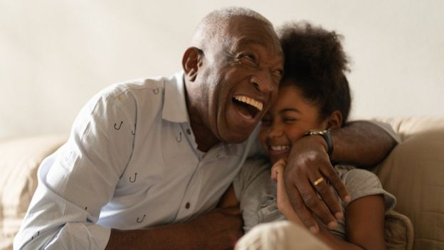 Un abuelo abraza a su nieta