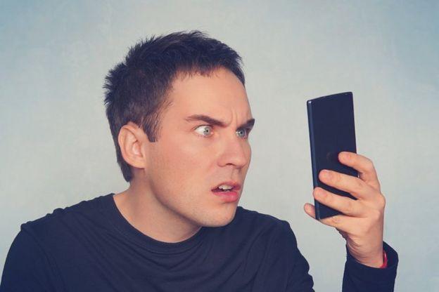 Hombre viendo un celular