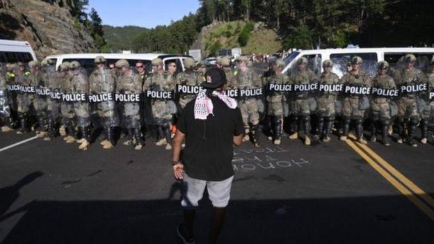 Протестующие заблокировали дорогу к горе Рашмор