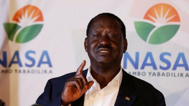Bw Odinga amewasili kesi mahakamani kupinga ushindi wa Bw Kenyatta