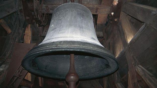 بزرگترین ناقوس نوتردام، امانوئل نام دارد و بیش از ۲۳ تن وزنش است