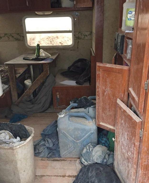 Imagem mostra interior do trailer em que as crianças encontradas no deserto do Novo México viviam, com móveis, sujeira e roupas espalhadas