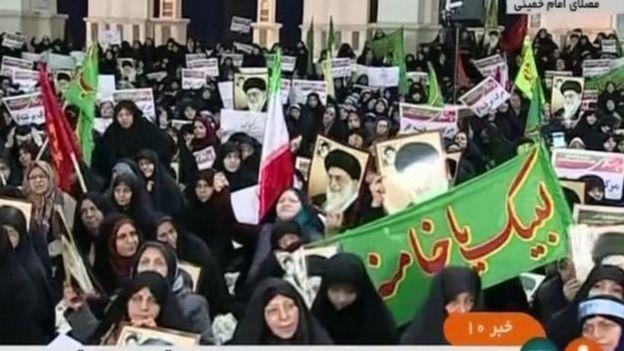 Ellerinde Hamaney'in posterlerini taşıyan hükümet yanlıları da destek gösterileri düzenledi.