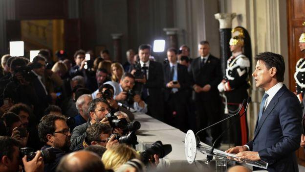 İlk defa başbakan adayı olarak kameraların karşısına geçen Conte, ülkede çok tanınan bir isim değildi