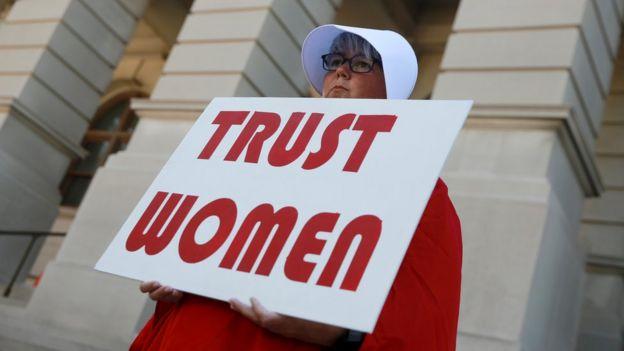 Mujer protestando.