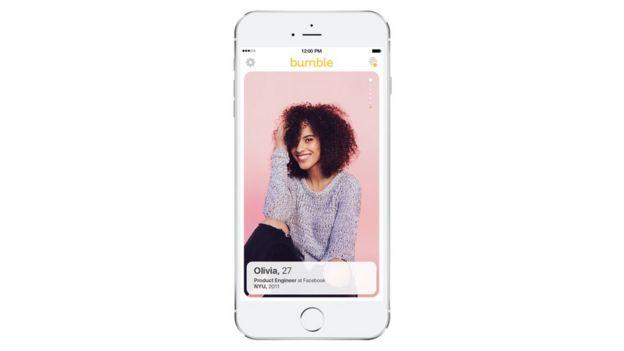 Celular con la app que muestra el perfil de una usuaria