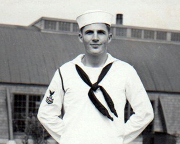 Bob Henigson, padre de Jeff, sirviendo para la Marina estadounidense.