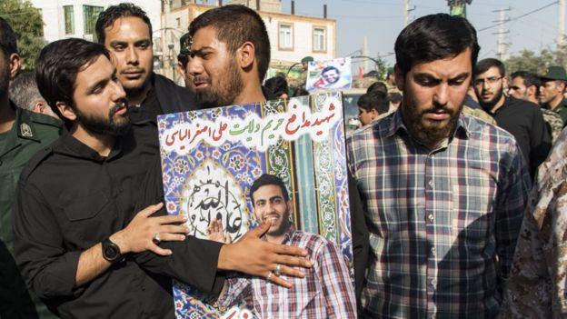 """در سال ۹۵ بنیاد شهید اعلام کرد که تعداد کشتهشدگان ایرانی در جنگ داخلی سوریه از یک هزار نفر فراتر رفته است. این قربانیان در تبلیغات حکوکتی """"شهید مدافع حرم"""" نامیده میشوند"""