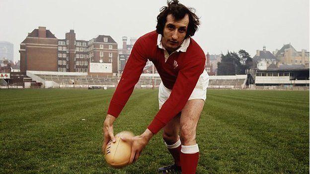 Enillodd Gareth Edwards 53 cap i Gymru rhwng 1967 a '78, gan sgorio 20 cais. // Gareth Edwards won 53 caps for Wales between 1967 and '78, scoring 20 tries