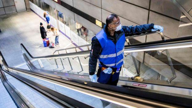 Уборщик на эскалаторе необычайно малолюдного метро в Копенгагене