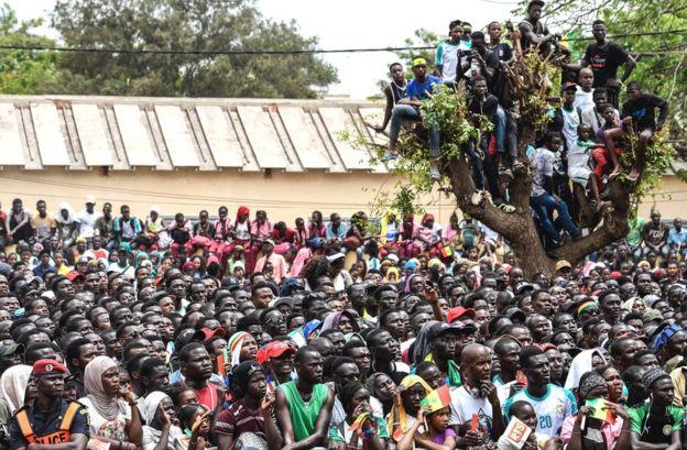 مشجعون سنغاليون يشاهدون مباراة السنغال مع كولومبيا على شاشة عملاقة في داكار، السنغال، الخميس 28 يونيو/حزيران 2018