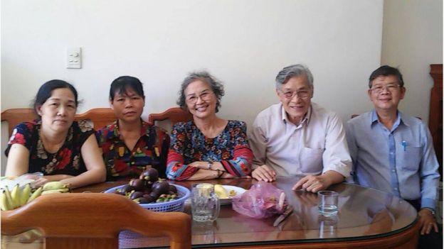 Nghệ sỹ Kim Chi và TS Mạc Văn Trang trong lần tới thăm gia đình bà Cấn Thị Thêu cuối năm 2019