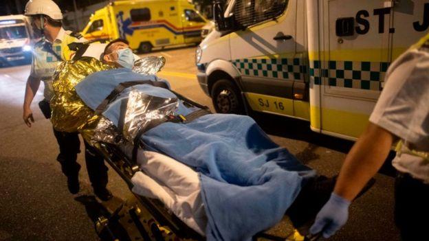 Elvis nói anh đã được đưa ra khỏi bệnh viện trên một chiếc giường cáng như thế này