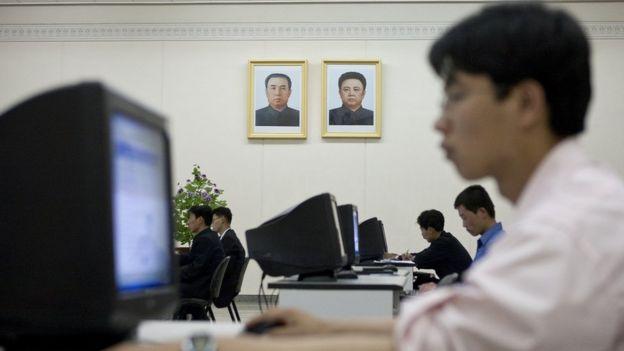 Um cidadão norte-coreano usando um computador para acessar uma rede interna