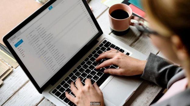 Suatu penelitian menemukan bahwa kotak surat elektronik rata-rata memiliki 102 email yang belum dibaca