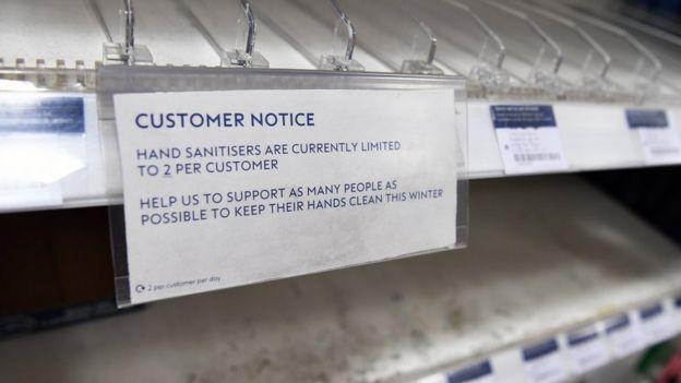 货架上的消毒液被顾客买空