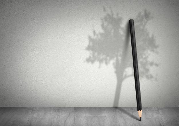 Lápiz con la sobre de un árbol.