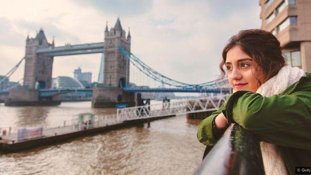 امرأة تتأمل نهر التايمز في لندن