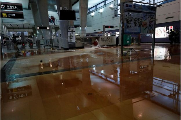 东涌港铁站车站消防水拴被示威者破坏,车站被水掩没,东涌站关闭。