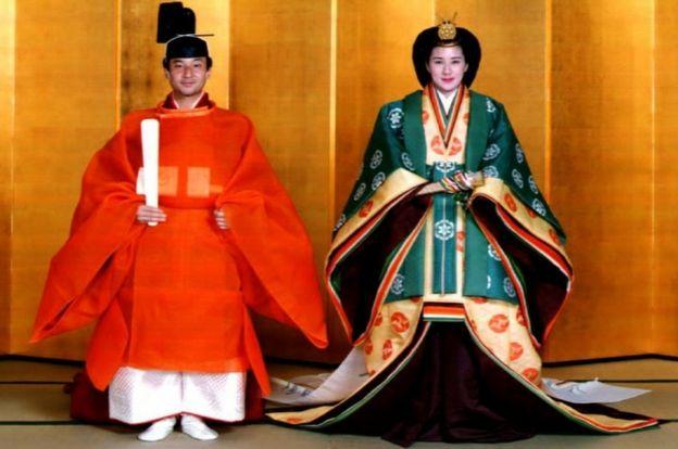 Нарухіто і Масако у традиційних імператорських весільних костюмах на церемонії одруження у 1993 році
