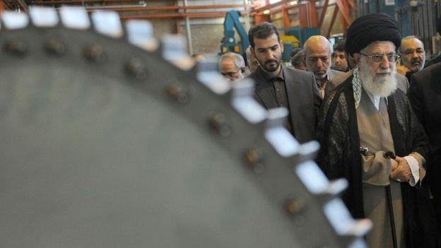 بازدید رهبر جمهوری اسلامی از یک کارخانه