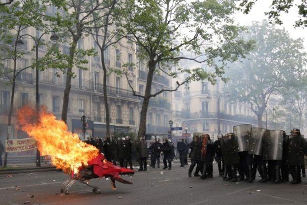 تظاهرکنندگان در پاریس چهارچرخه مشتعل را به سمت پلیس ضد شورش میرانند