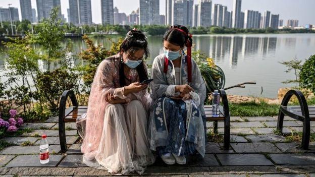 Dos mujeres chinas en la ciudad de Wuhan.