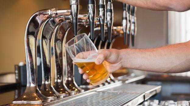 Cerveja sendo tirada