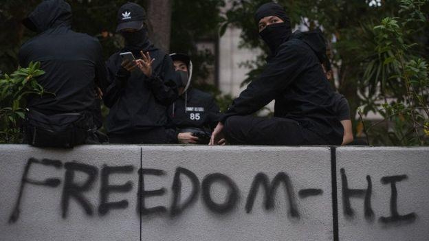 """Khẩu hiệu """"tự do"""" được phun sơn trong các cuộc biểu tình chống chính phủ"""