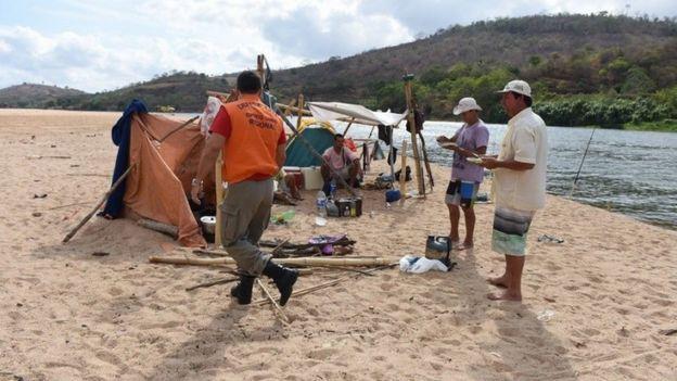 Agente da Defesa Civil do Espírito Santo conversa com pescadores