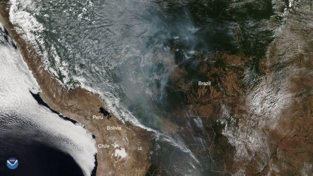 Nessa imagem, do NOAA-20, a fumaça pode ser vista claramente. Essa imagem colorida foi capturada pelo sensor VIIRS