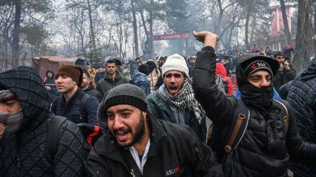 Мигранты пытаются прорваться через турецко-греческую границу