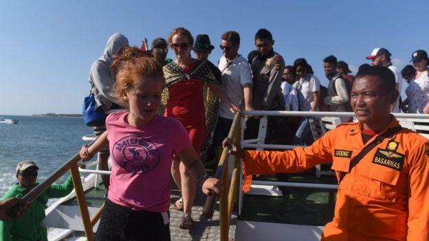 Sejumlah wisatawan mancanegara menuruni kapal cepat ketika tiba di Pelabuhan Bangsal, Lombok Utara, NTB, Senin (6/8).